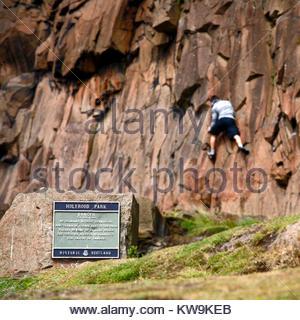 Kletterer ignorieren die Warnzeichen auf Salisbury Crags in Holyrood Park, dem Edinburgh Schottland - Stockfoto