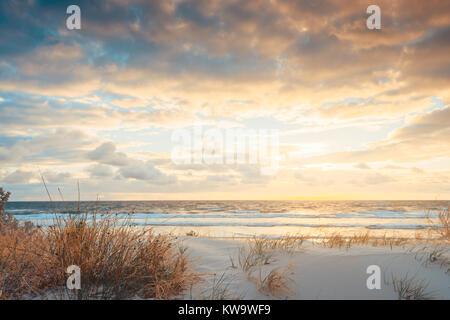 West Beach mit Sanddünen bei Sonnenuntergang in Südaustralien. Querbearbeitung Effekt angewendet werden. - Stockfoto