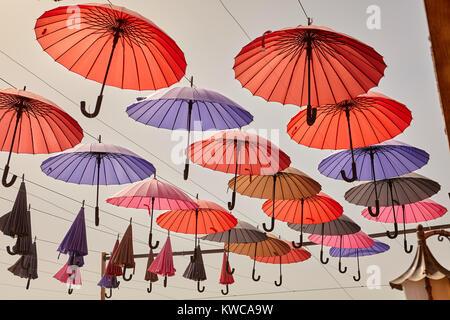 Eröffnet bunte Sonnenschirme an Seilen hängen, Yazd, Iran - Stockfoto