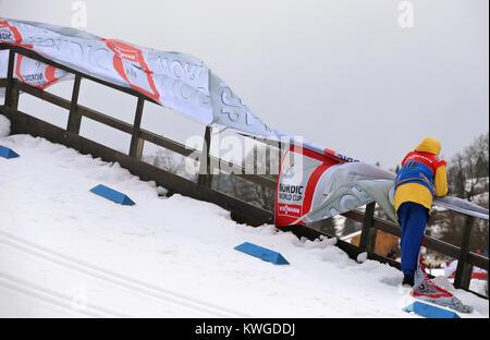 Oberstdorf, Deutschland. 03 Jan, 2018. Werbung Fahnen flattern im Wind während der stürmischen und regnerischen - Stockfoto