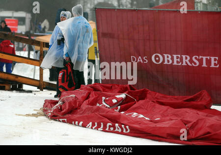 Oberstdorf, Deutschland. 03 Jan, 2018. Zuschauer Spaziergang im Schnee bei stürmischem Wetter auf der FIS Tour de - Stockfoto