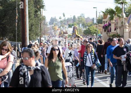 Pasadena, Kalifornien, USA. 2. Januar, 2018. Menschenmassen die Straßen an der Rose Parade Float Anzeigebereich - Stockfoto