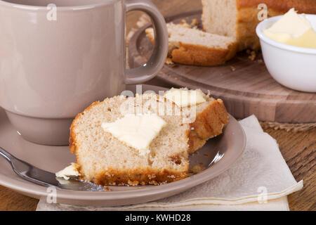 Nahaufnahme von einem Stück Apfelstrudel Tee Brot mit Butter auf einer Platte - Stockfoto