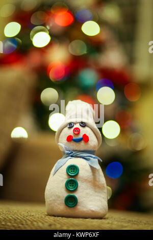 Handgefertigte Schneemann aus einer Socke, gefüllt mit Reis und mit Tasten mit multicolor Weihnachtsbaumbeleuchtungen - Stockfoto
