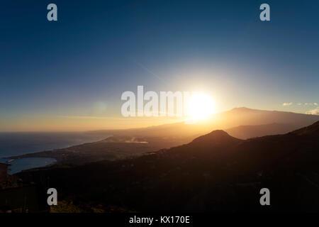 Sonnenuntergang über dem Vulkan Ätna und den Golf von Catania von Taormina, Sizilien, Italien, Europa - Stockfoto