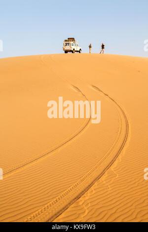 Land Rover reifen Titel an den Anfang eines typischen Sanddünen in der Namib Wüste, der von den Skeleton Coast, - Stockfoto