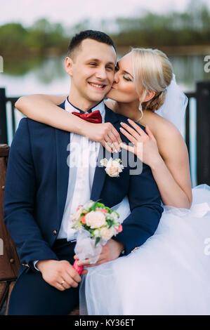 Braut und Bräutigam am Hochzeitstag umarmen im Freien auf Frühling Natur. Brautpaar, gerne frisch verheiratete Frau - Stockfoto