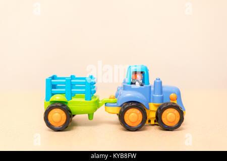 Kind Traktor mit Anhänger - Stockfoto