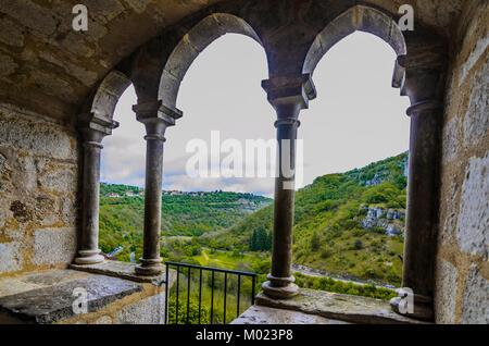 Von einem Balkon Fenster der Kirche Heiligtum von Rocamadour sehen wir das Tal erreicht hat den Fluss Alzou erodieren - Stockfoto