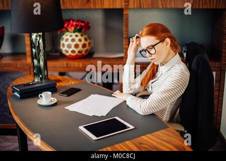 junge Geschäftsfrau mit Tablet-PC - Stockfoto