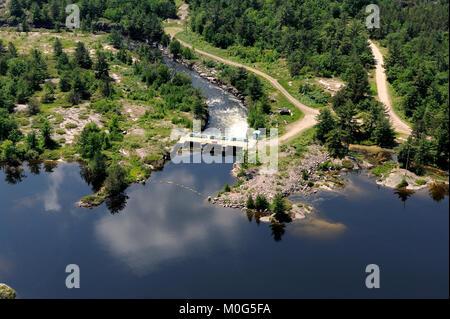 Dies ist eine Luftaufnahme des Portage Damm, der den Fluss von Wasser zwischen Lake Nipissing und der französische - Stockfoto