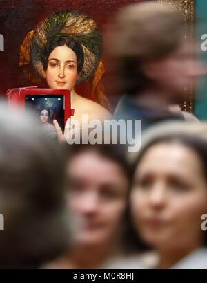 Moskau, Russland. 23 Jan, 2018. Moskau, Russland - Januar 23, 2018: Eine Person nimmt ein Bild von Karl Bryullov's - Stockfoto