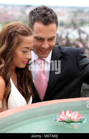 Hochzeit auf der Natur, Braut und Bräutigam ein Wasser-lily Flower suchen - Stockfoto