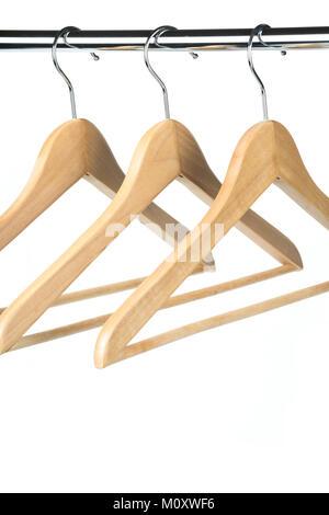 Leere Holz- Mantel-/Kleiderbügel auf einer Kleiderstange mit einem weißen Hintergrund. Mögliche Kopie Raum unterhalb - Stockfoto