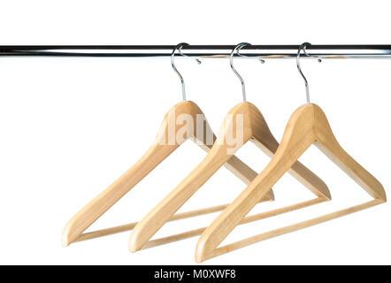 Drei leere Holz- Mantel-/Kleiderbügel auf einer Kleiderstange mit einem weißen Hintergrund. Mögliche Kopie Platz - Stockfoto
