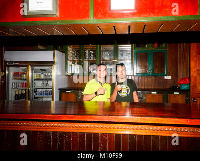 Zwei lächelnde junge Bornesischen barkeepern an Tabin Wildlife Resort, Sabah, Borneo, Malaysia - Stockfoto