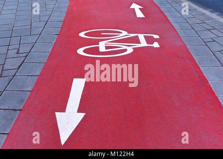 Red Radweg mit weißen Abzeichen, Fahrrad- und Richtungspfeile, Bayern, Deutschland - Stockfoto