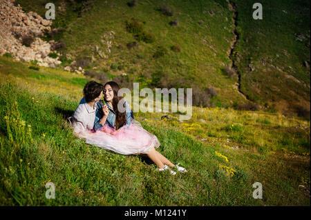 Porträt eines schönen jungen Paares lächelnd zusammen - Outdoor - Stockfoto