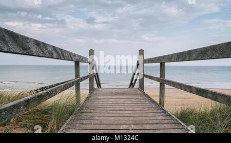 Blick auf die Ostsee von einer hölzernen Pfad zum Meer an einem bewölkten Tag im Frühling. Ideal für Websites und - Stockfoto