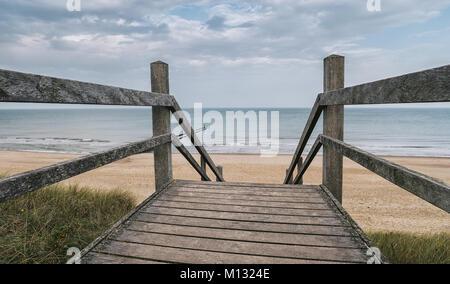 Blick auf die Ostsee von einer hölzernen Pfad zum Meer an einem bewölkten Tag. Ideal für Websites und Zeitschriften - Stockfoto