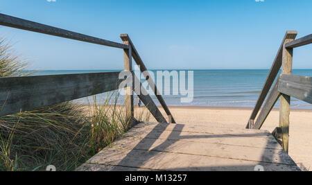 Blick auf die Ostsee von einer hölzernen Pfad zum Ozean am Sommer. Ideal für Websites und Zeitschriften Layouts - Stockfoto