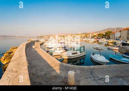 Kroatien, Dalmatien, Dalmatinischen Küste, Zadar, Kastela, Kastel Novi Hafen - Stockfoto