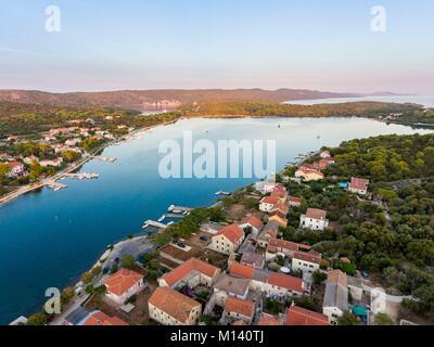 Kroatien, Dalmatien, Dalmatinischen Küste, Zadar, Insel Dugi Otok, Veli Rat Dorf (aus der Luft) - Stockfoto