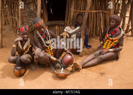 Äthiopien, untere Omo Valley als Weltkulturerbe von der UNESCO, Hamer Stamm, Milch der Ziege, Basis der Ernährung, - Stockfoto