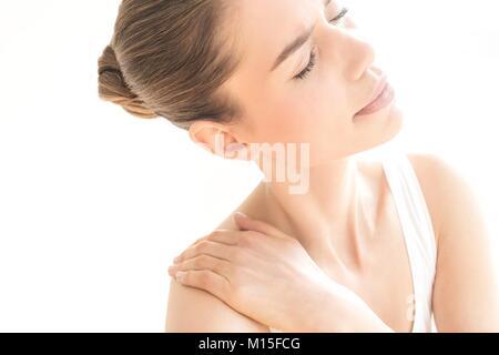 MODEL RELEASED. Junge Frau in Schmerzen Schulter rieb. - Stockfoto