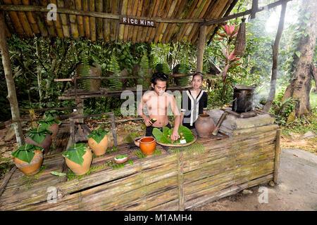 Abschaltdruck von Reis Weinverkostung in Mari Mari Cultural Village, Kota Kinabalu, Sabah, Borneo, Malaysia - Stockfoto