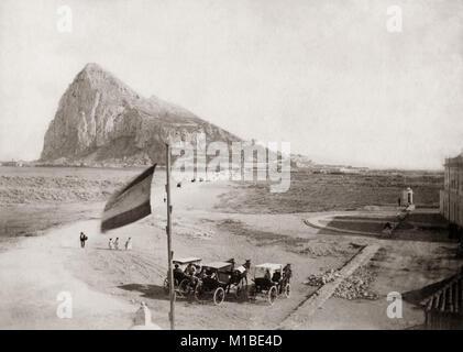 """Felsen von Gibraltar vom """"neutralen Boden"""" c 1880 - Stockfoto"""