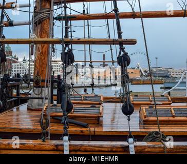 Old Ship deck Blick von der Seite in den bewölkten und regnerischen Tag. Im Hintergrund sichtbar Stadt Helsinki - Stockfoto