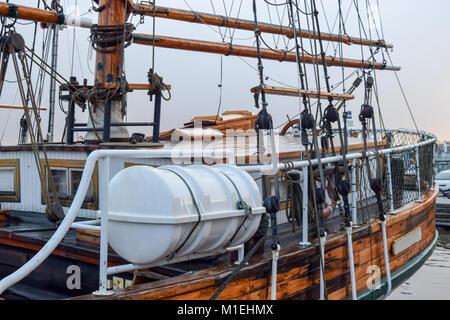 Old Ship deck Blick von der Seite in den bewölkten und regnerischen Tag. Helsinki, Finnland - Stockfoto