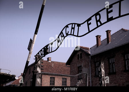 Eingang zu Auschwitz I, kühlen iconic Signage 'Arbeit macht frei' - Arbeit macht frei - Stockfoto