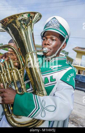 religiöse Feier Parade Musiker Blechblasinstrument marching Band Black Teen Boy einheitliche Tuba student - Stockfoto