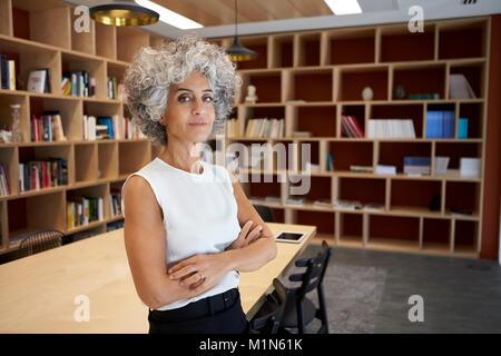 Senior Geschäftsfrau im Sitzungssaal zu Kamera suchen - Stockfoto