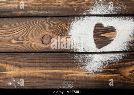 Herzen freien Speicherplatz. Herz aus Mehl auf einer hölzernen Hintergrund - Stockfoto