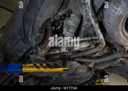 Bremsen Reparieren Auto Service. Auto Bremsen Service. Auto Wartung. Auto Service. Fahrzeug auf einer Hebebühne. - Stockfoto