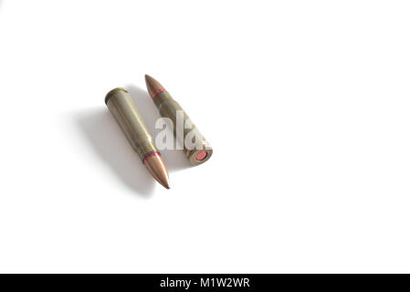 Zwei Gewehr Kugeln isoliert auf einem weißen Hintergrund. Militärische Munition - Stockfoto