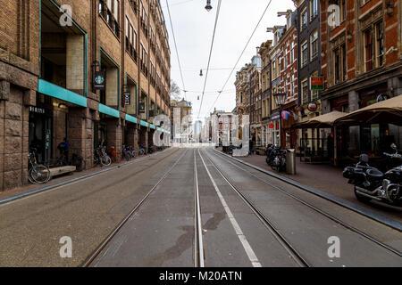Amsterdam, 17. März 2017: Straße viewfrom Amsterdam, wo zu viele Bike beinhaltet - Stockfoto