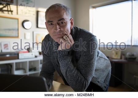 Portrait zuversichtlich reife Geschäftsmann Unternehmer am Laptop arbeiten - Stockfoto