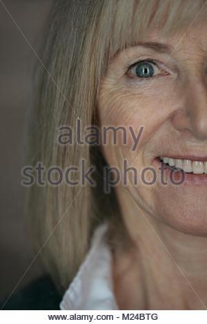 Close up zuversichtlich, lächelnde ältere Frau - Stockfoto