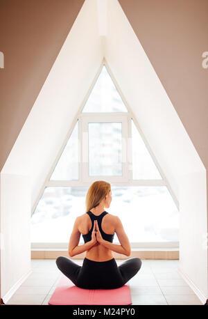 Frau Yoga in umgekehrter Gebet dar. Pashchima Namaskarasana - Stockfoto