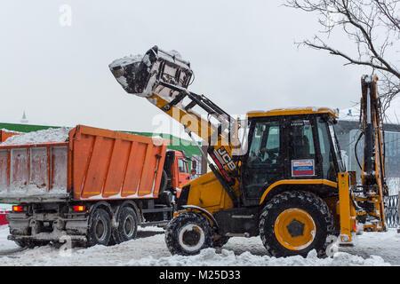 Moskau, Russland. 5. Februar, 2018. Arbeitnehmer Schnee auf der Straße in Moskau, Russland entfernen, Jan. 5, 2018. - Stockfoto