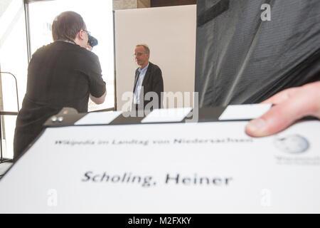 Der GRÜNEN-Landtagstagsabgeordnete Heiner Scholing posiert vor der Kamera. Ehrenamtliche Fotografen und Autoren - Stockfoto