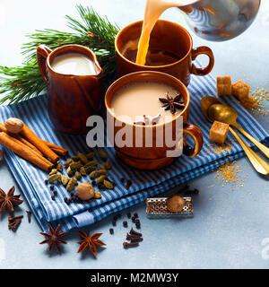 Gießen Masala Tee Chai Latte traditionelle Hot indischen Tee Zeremonie süße Milch mit Gewürzen, Kräutern Organic - Stockfoto