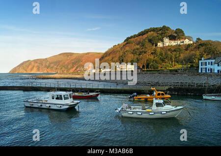 UK, North Devon, Boote im Hafen von Lynmouth - Stockfoto