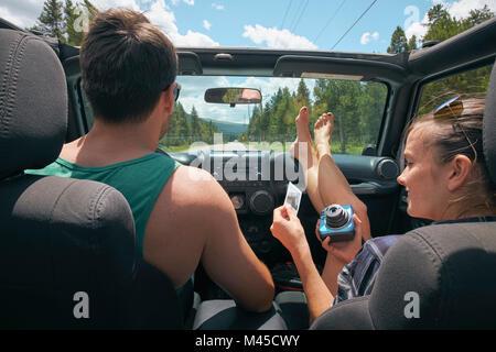 Junge Frau mit Freund auf Straße Reise Holding instant Foto, Breckenridge, Colorado, USA - Stockfoto