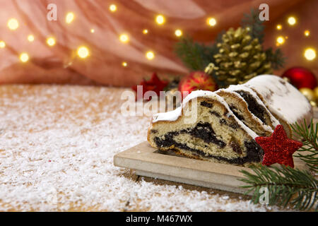Traditionelle deutsche Weihnachtskuchen und Dekoration. - Stockfoto
