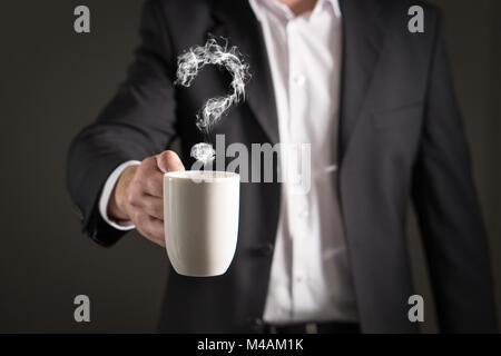 Fragezeichen vom Kaffee Dampf. Rauch bilden ein Symbol. Business Mann im Anzug mit einem heißen Getränk in einem - Stockfoto